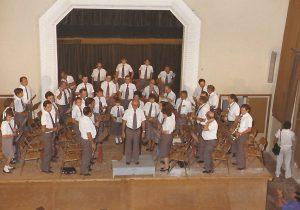 Fotografia de la Banda Ciutat de Tarragona en una actuació a Constantí l'11 de setembre de 1986. Feta per l'empresa de fotografia i disseny ENFOC. Cedida per Jordi Artacho.
