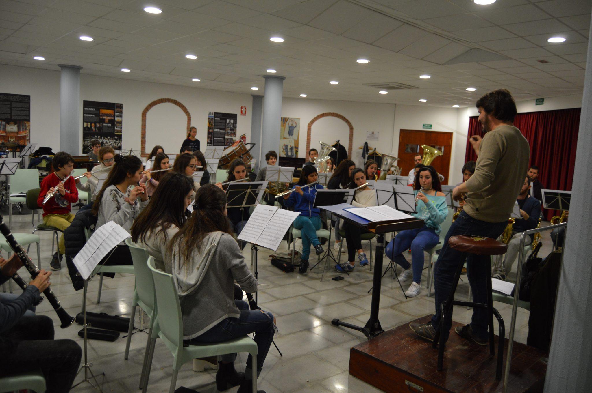 La Banda Juvenil assajant per al concert del maig